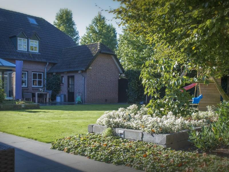 Fam Bontrup Landhorst – Een kindvriendelijke tuin en een moderne strakke tuin